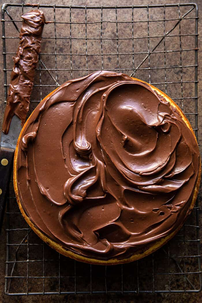 Fudgy csokoládé cukormáz az első süteményen
