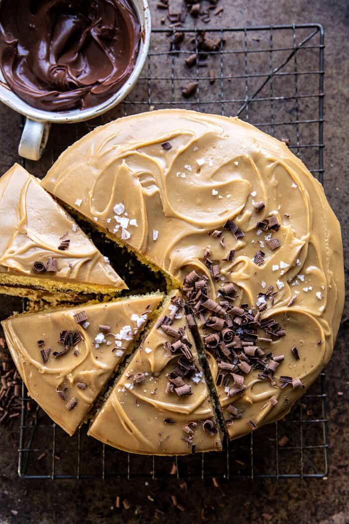 Karamellás vajas torta fudgy csokoládé cukormázzal  halfbakedharvest.com