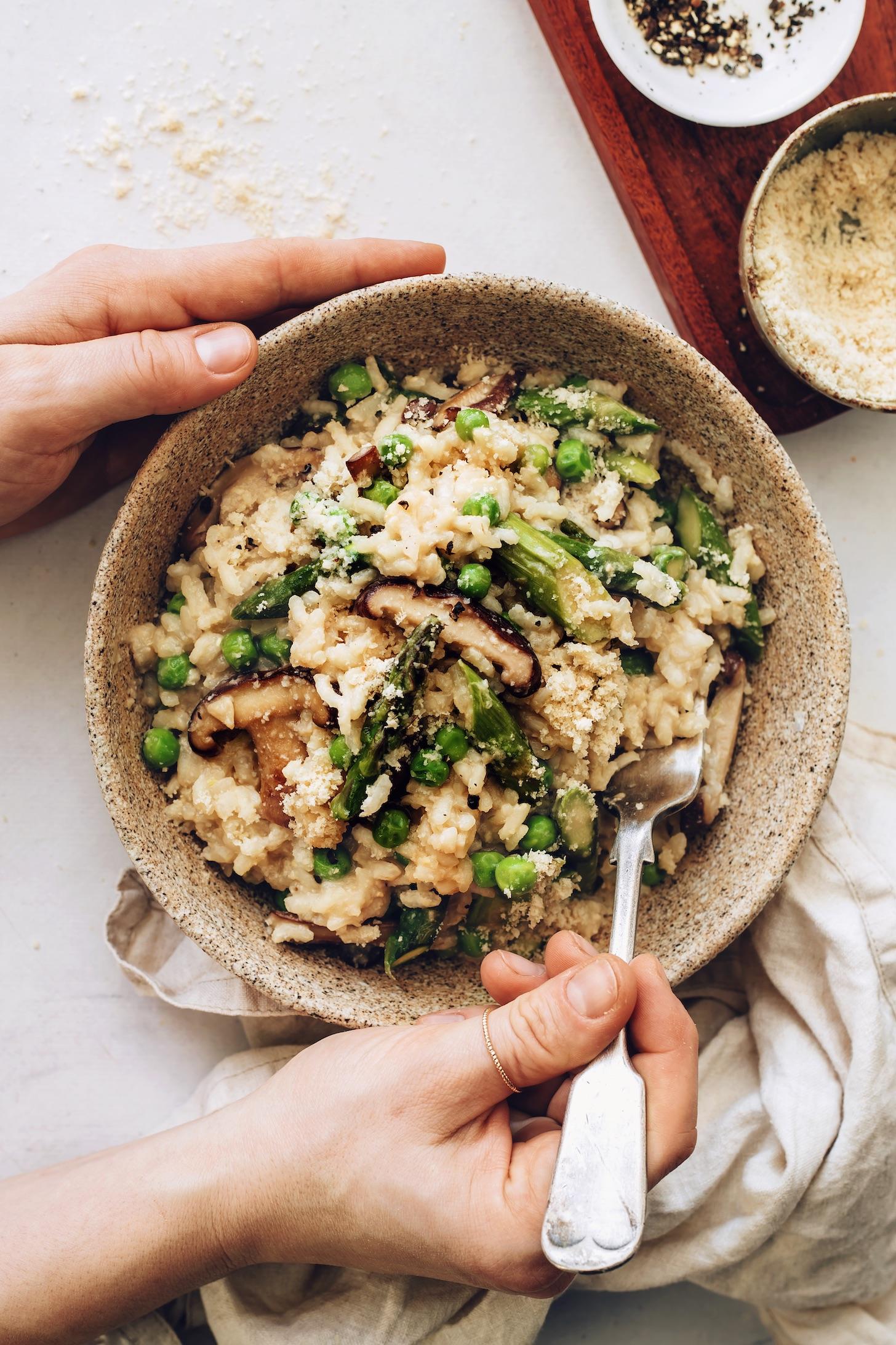 Tál tavaszi zöldséges rizottóval, vegán parmezánnal és misóval ízesítve
