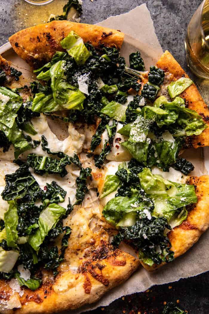 zár-megjelöl fotó Burrata Caesar Salad Pizza