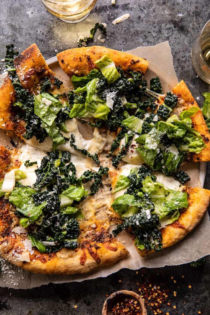 Burrata Caesar Salad Pizza pizza fotója