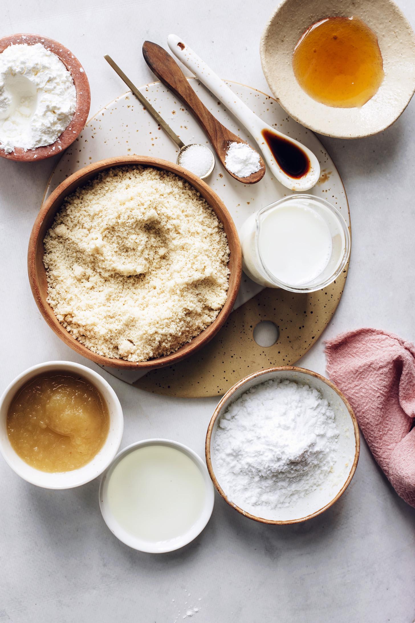Mandulaliszt, kukoricakeményítő, burgonyakeményítő, vanília, mandulatej, almaszósz, avokádóolaj, juharszirup, sütőpor és só