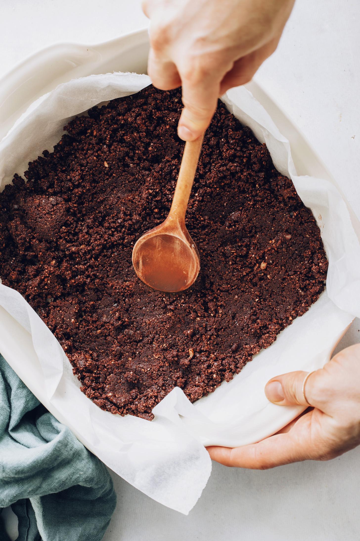 Fakanállal kenje meg a csokoládé brownie réteget egy pergamennel bélelt serpenyőben