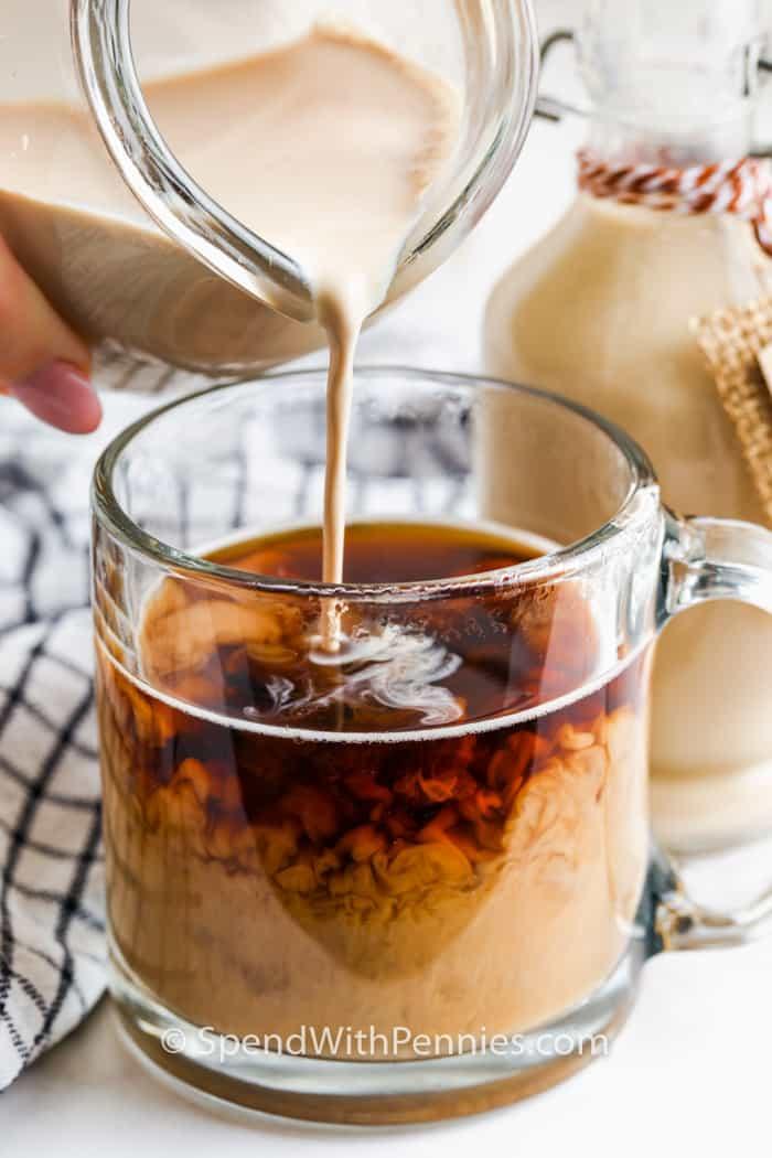 egy pohár kávéba öntve a Copycat Baileys ír krémet