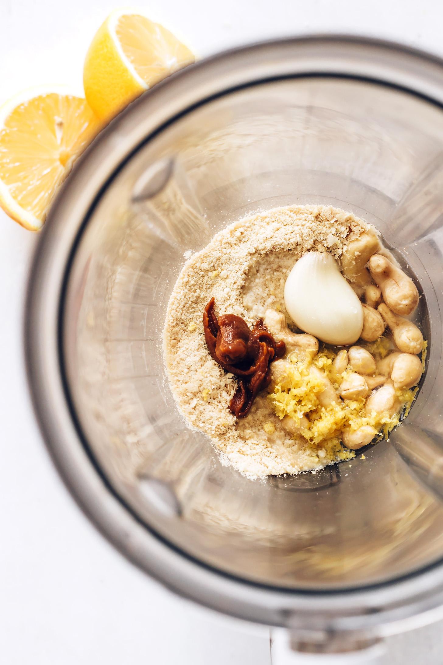 Turmixgép kesudióval, vízzel, citrommal, fokhagymával, misóval, táplálékélesztővel, tengeri sóval, olívaolajjal és vegán parmezán sajttal
