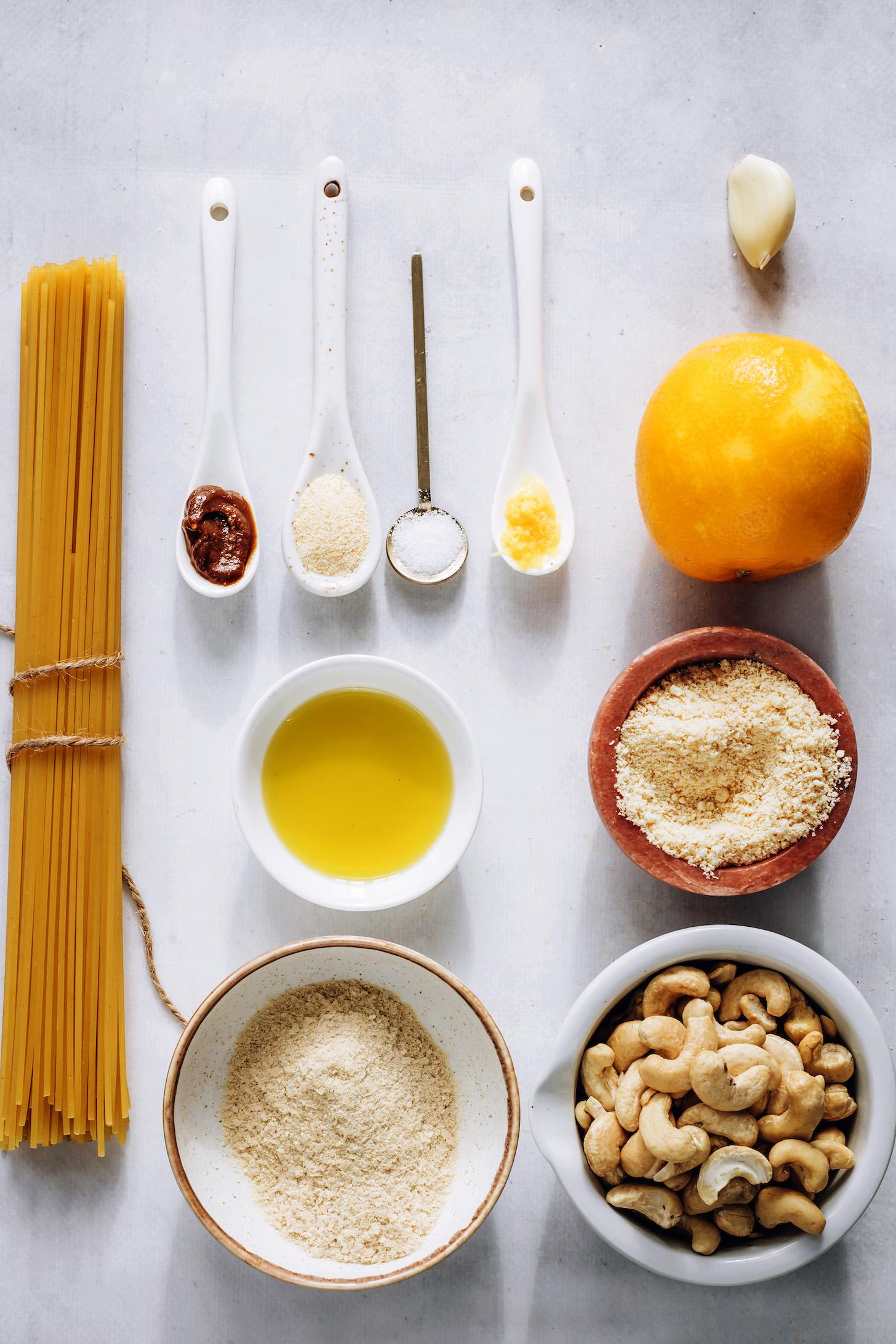 Spagetti tészta, miso, táplálékélesztő, tengeri só, citrom, fokhagyma, vegán parmezán, kesudió és olívaolaj