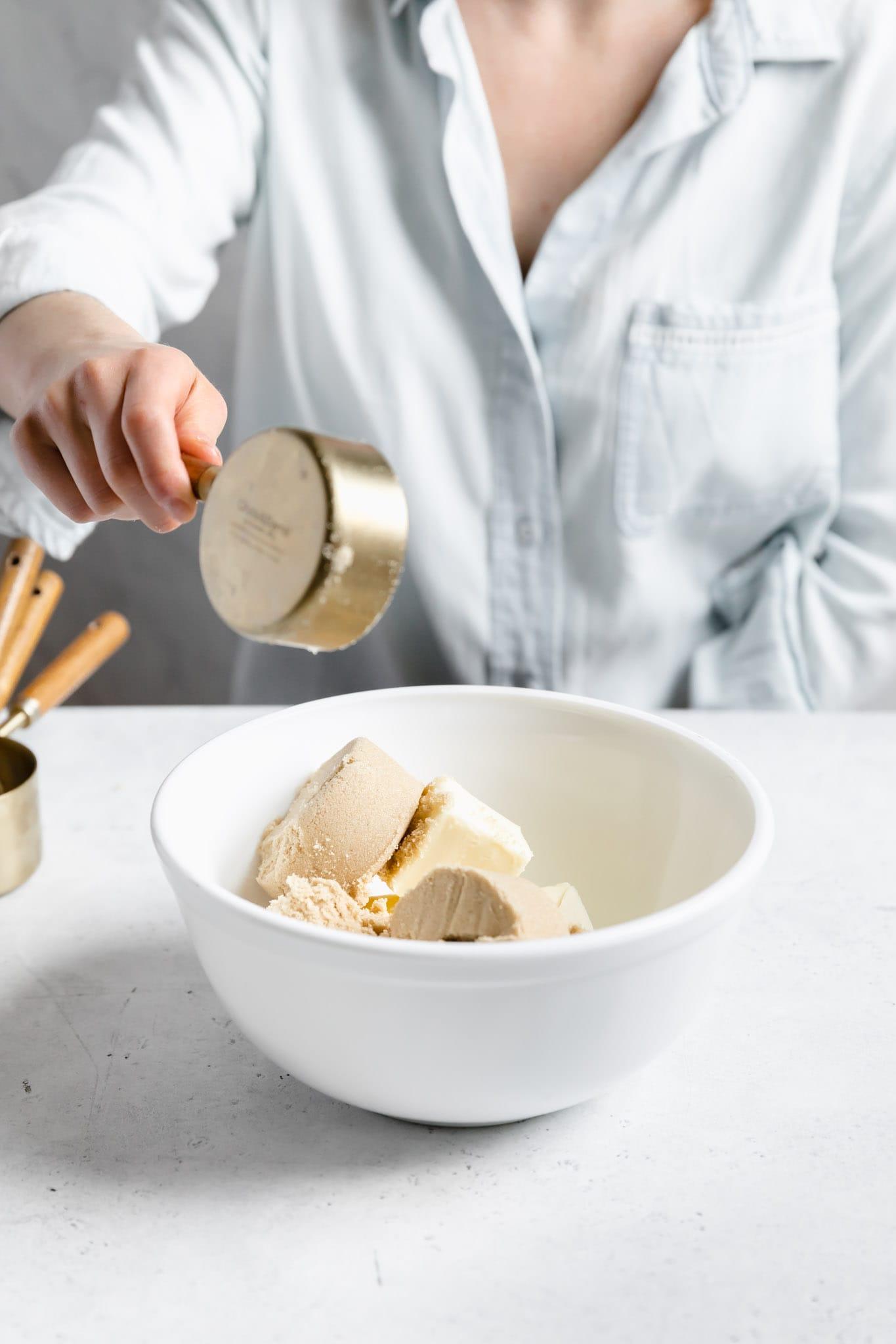 Fudgy AND cakey brownies bárki vágyának kielégítésére.  Ez a lépésről lépésre elkészített recept pontosan lebontja, hogyan lehet a legjobb brownie-t elkészíteni.