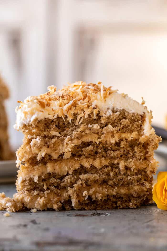 elülső képen a kókuszdió pekándió karamellás vaj torta szelet