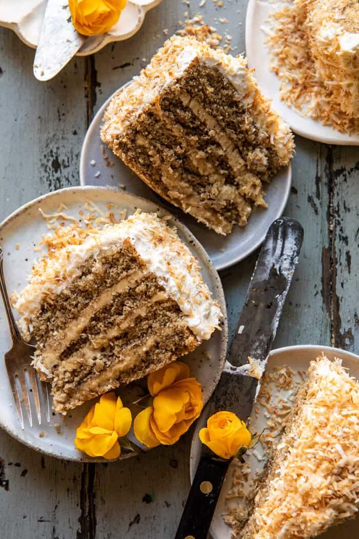 felső fotó kókuszdió pekándió karamellás vaj torta szeletek tányérokon