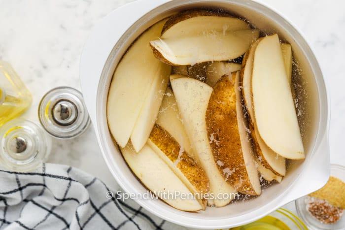 burgonyaék áztatása a Rosemary Air Fryer Burgonyaék elkészítéséhez