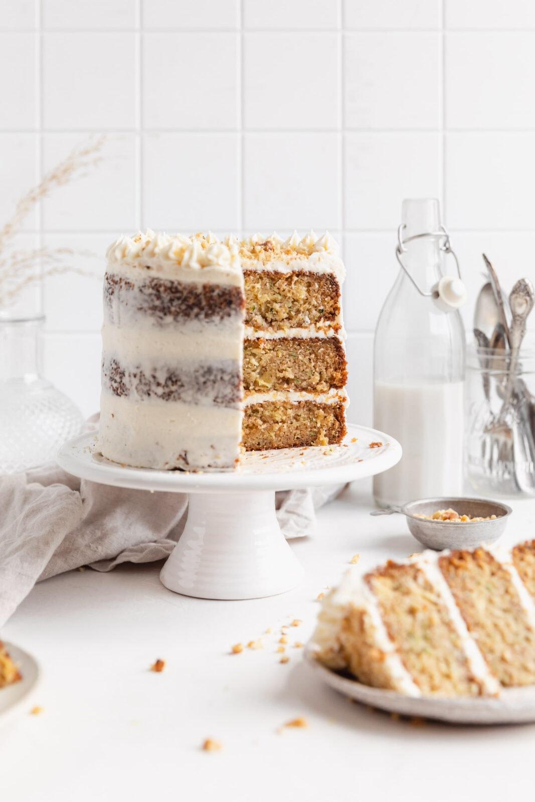 cukkini torta krémsajtos cukormázzal egy torta állványon