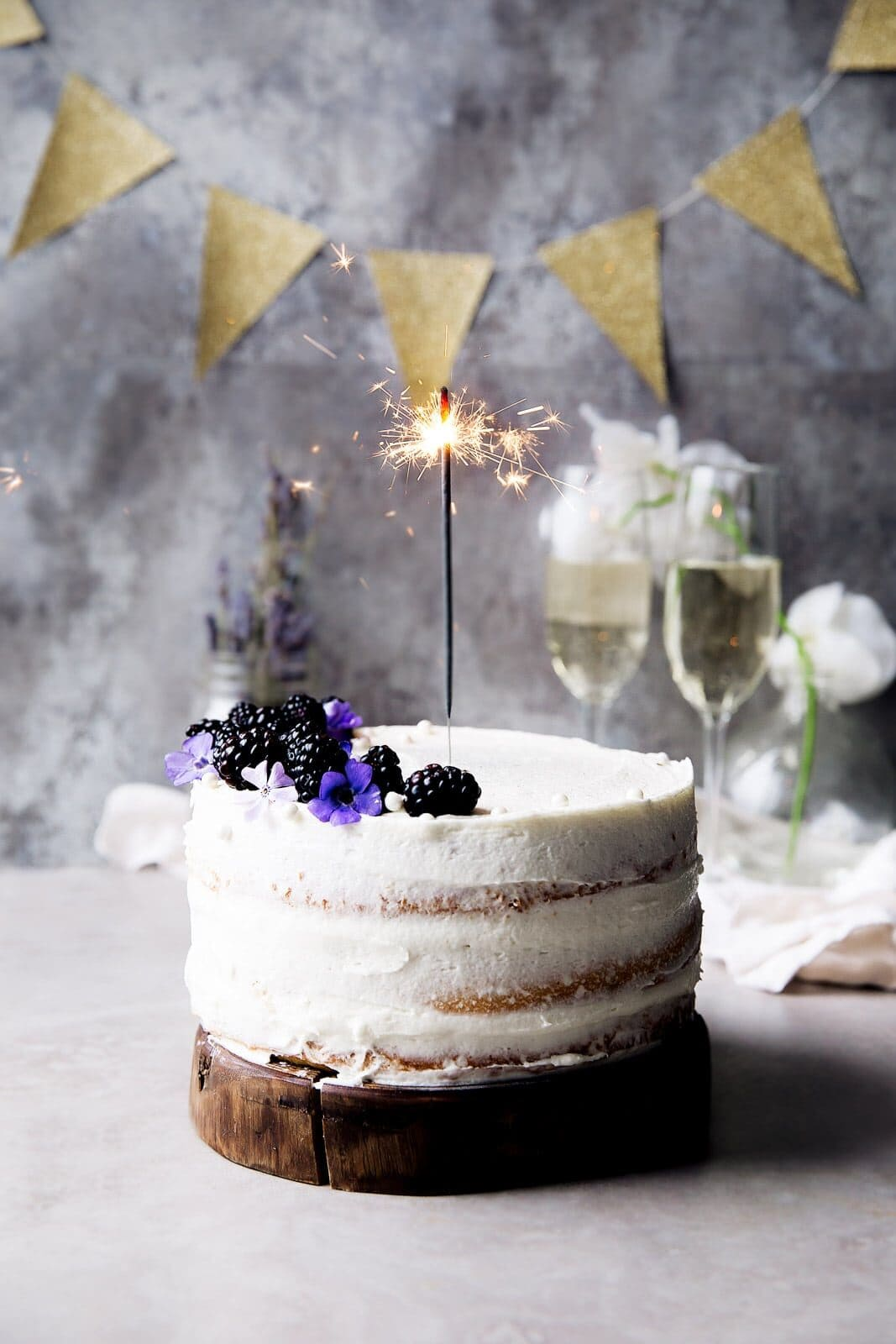 Lágy vanília torta málna lekvárral és vaníliás CHAMPAGNE FAGYASZTÁSAL.  Kezdődjön a buli.