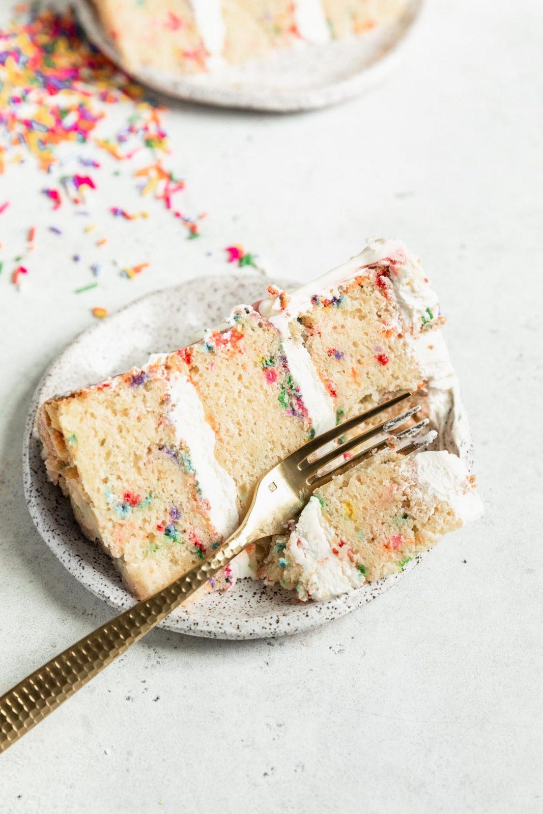 Hivatalosan buli ezzel a házi funfetti sütemény receptjével!  Az íze még jobb, mint a pillsbury torta keveréke, és tökéletes születésnapi torta.