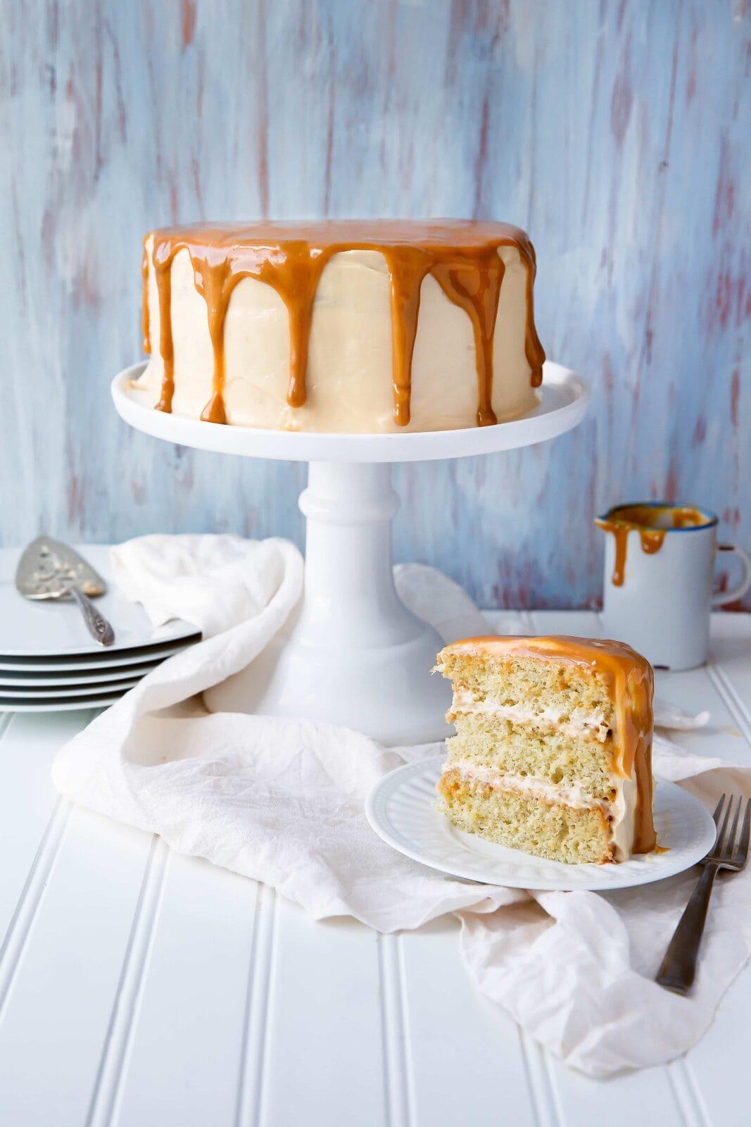 Illatos, banánrétegű torta, házi készítésű dulce de leche cukormázzal!
