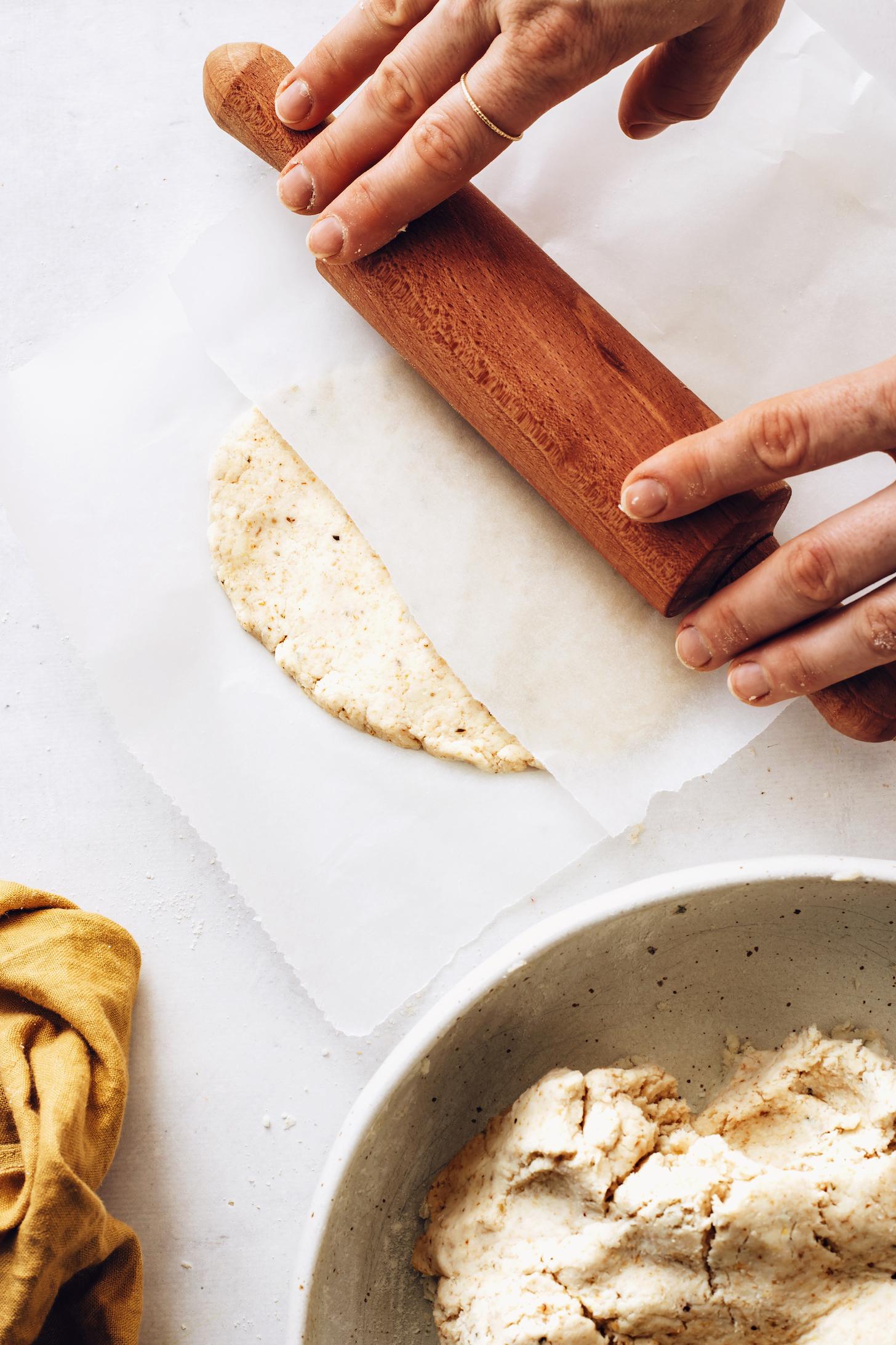 A sodrófa segítségével gördítsünk gluténmentes lapos kenyeret