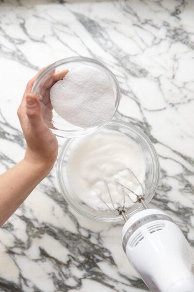 fokozatosan öntsön cukrot a tojásfehérjébe