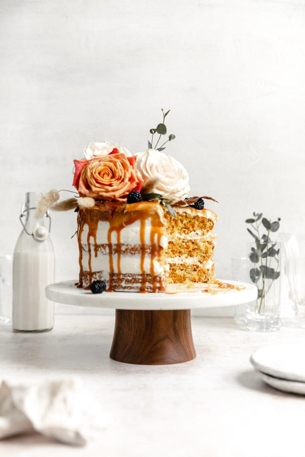 kardamom sárgarépa torta karamellal és virágokkal