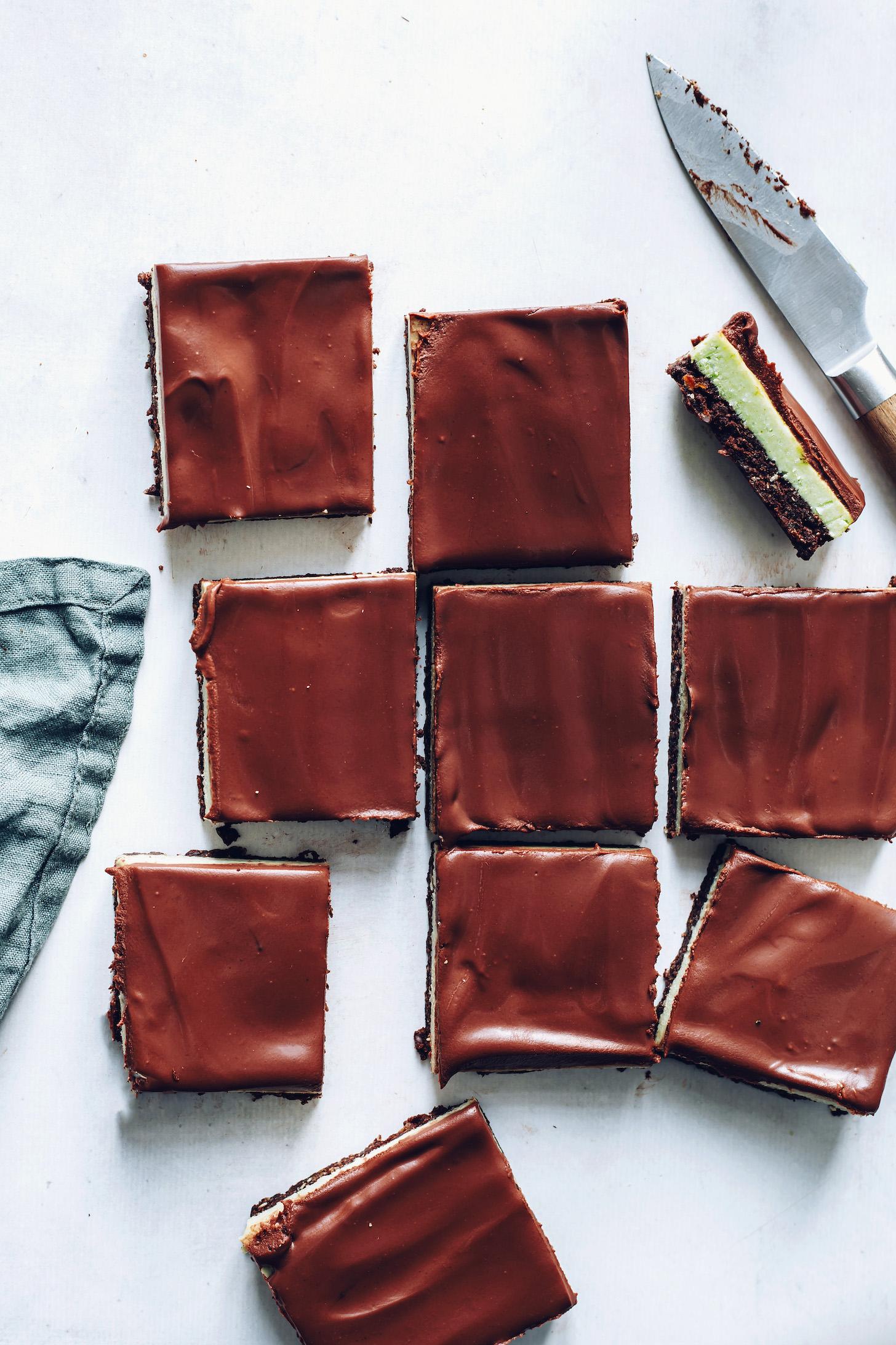 Négyzet alakú csokoládé menta brownie rúd brownie, menta és ganache rétegekkel