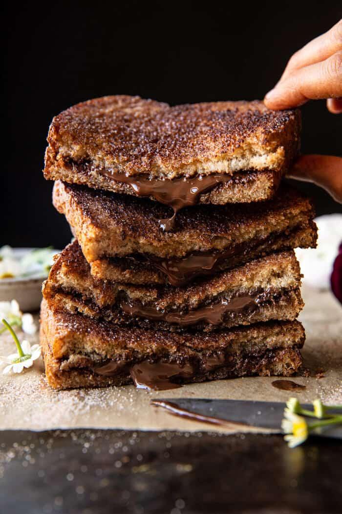 elülső néző fotó 5 perces csokoládé fahéjas cukros pirítós rakott szendvicsekkel