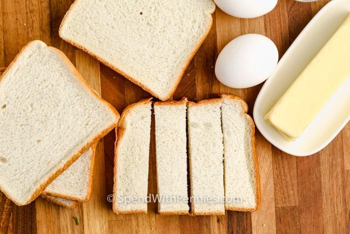 kenyér szeletekre vágása francia pirítós botok készítéséhez