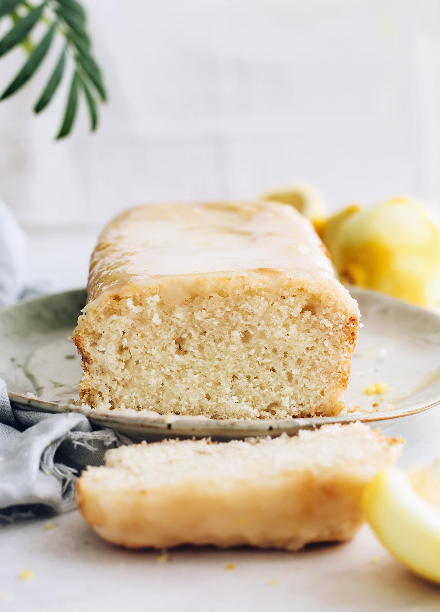 Részben felszeletelt vekni vegán citromos sütemény