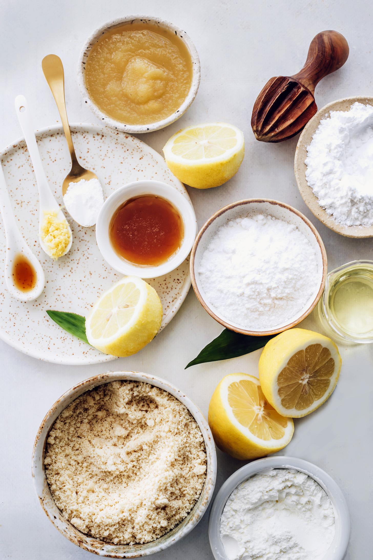 Gluténmentes lisztek, almaszósz, citrom, juharszirup, avokádóolaj, vanília és sütőpor