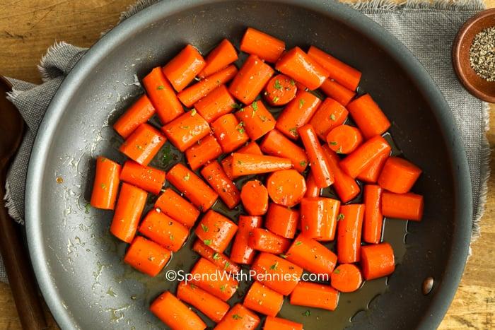 Mázas sárgarépa egy serpenyőben