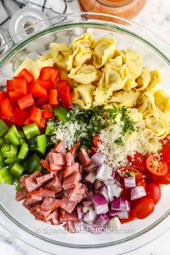 felülnézet összetevők egy tálba, hogy olasz Tortellini salátát készítsenek