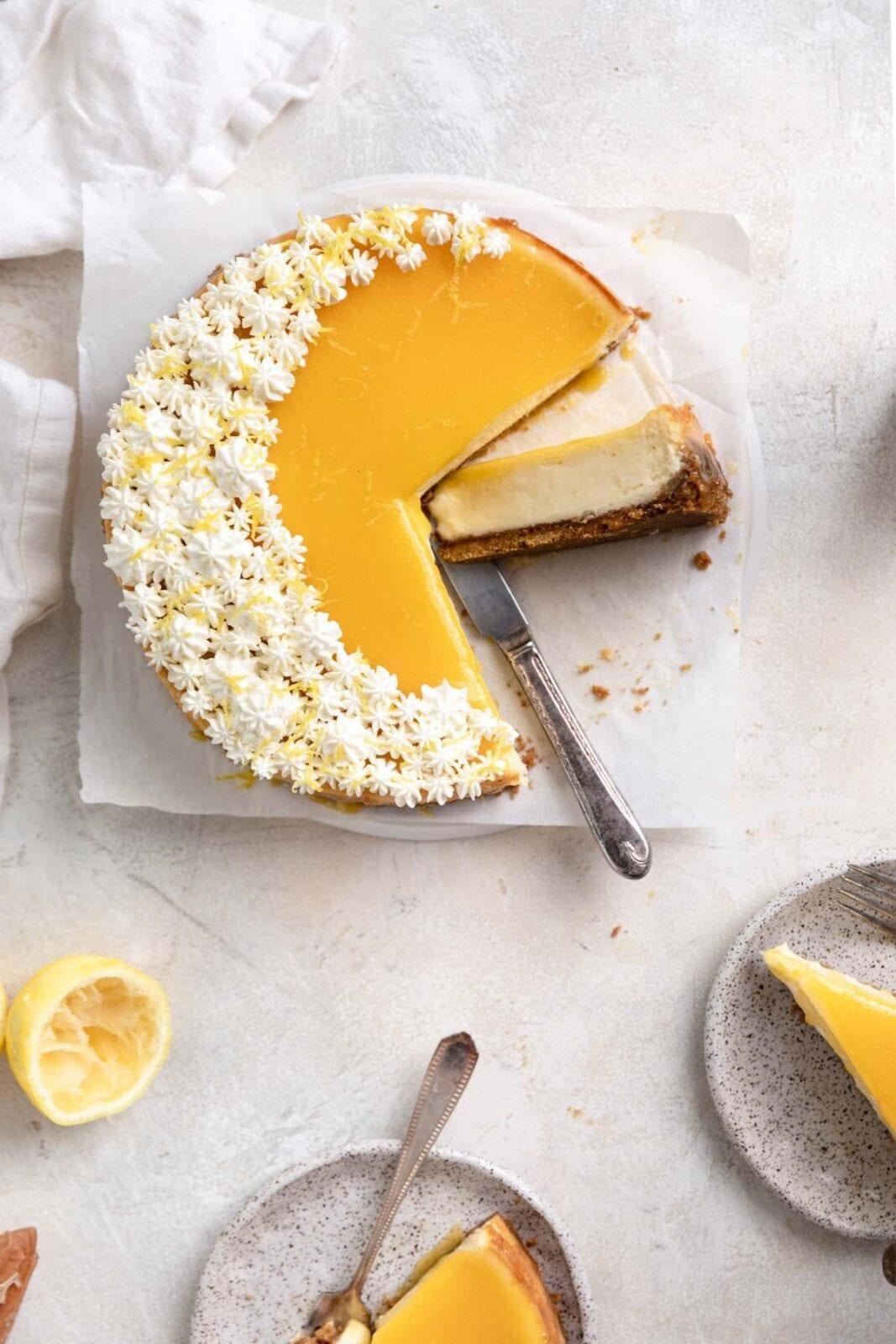 álmodozó citromos túrós sajttorta kivágott szeletekkel