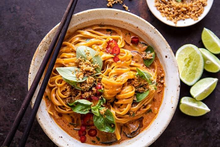 vízszintes fotó 20 perces vörös curry tésztáról sült kókusz fokhagymával