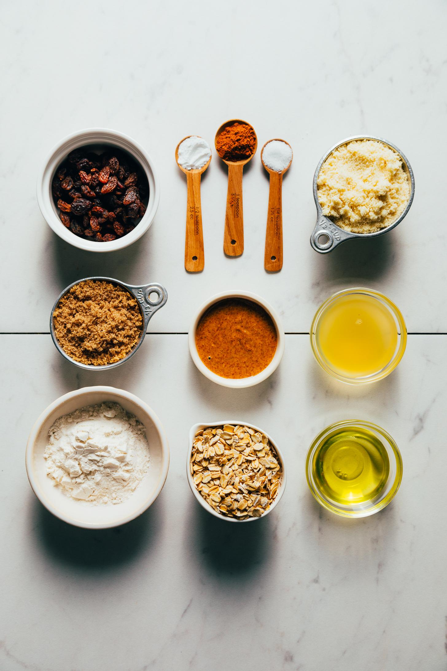 Mazsola, barnacukor, gluténmentes lisztkeverék, zab, mandulavaj, sütőpor, fahéj, tengeri só, mandulaliszt, csicseriborsó sós lé és avokádóolaj
