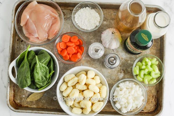 Hozzávalók csirke gnocchi leves készítéséhez egy lapon