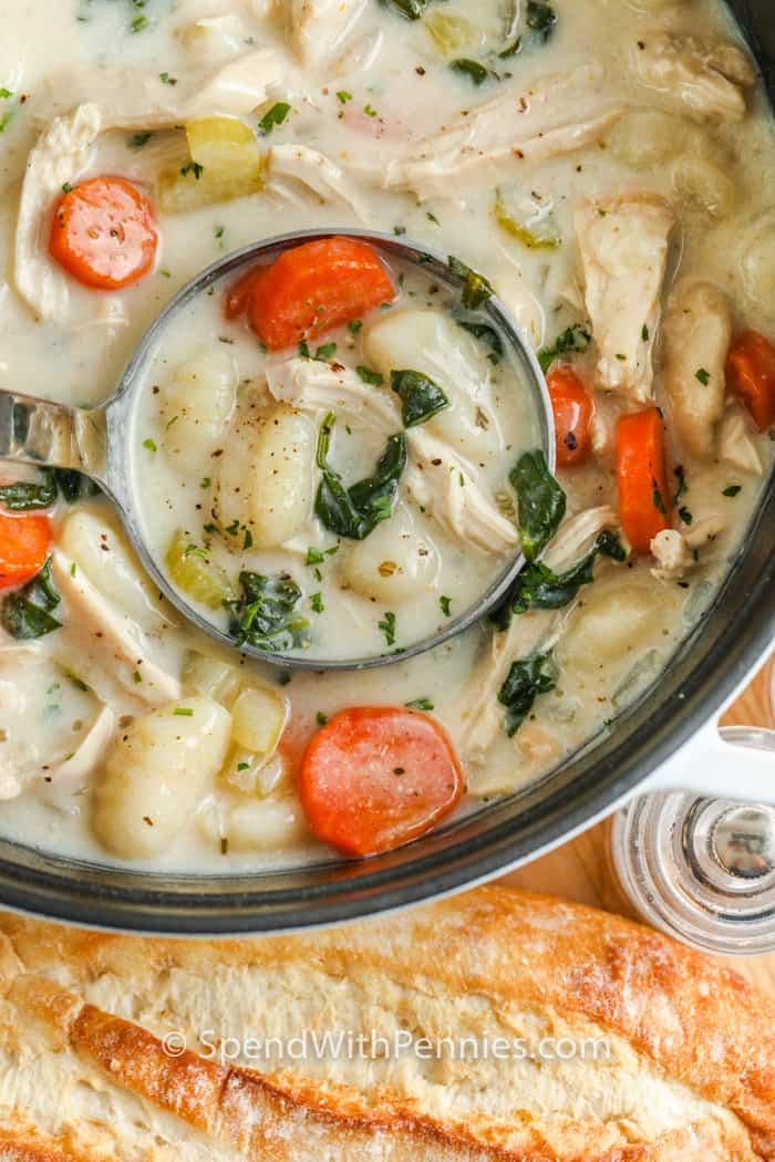 Csirke Gnocchi leves egy kanállal