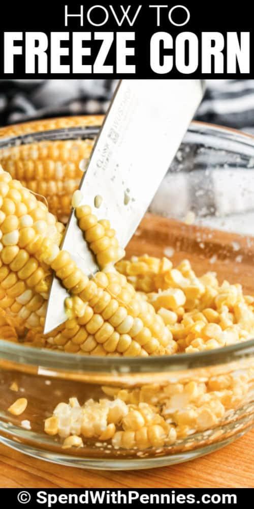 kukoricát vágva egy tálba, hogy bemutassuk, hogyan lehet fagyasztani a kukoricát írással