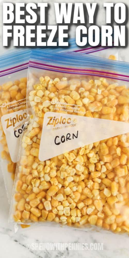 kukorica egy zacskóban, azzal az írással, hogy hogyan kell lefagyasztani a kukoricát