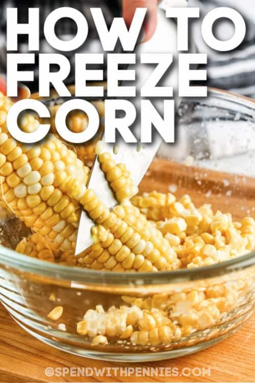 kukoricát vágva egy tálba, hogy megmutassuk, hogyan fagyasztható le a kukorica