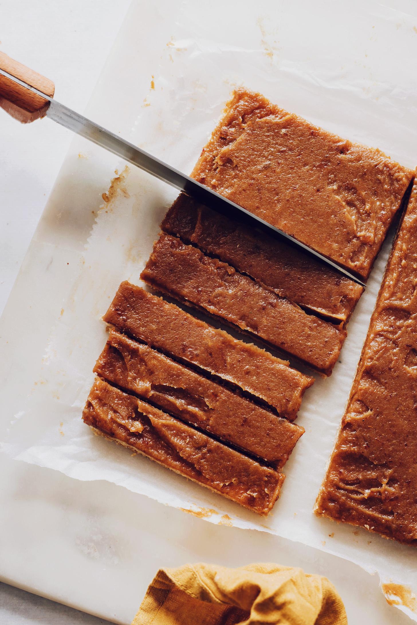 Szeletelés süti és dátum karamell bárok