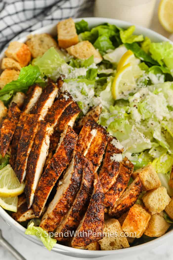 Csirke cézár saláta egy tálba