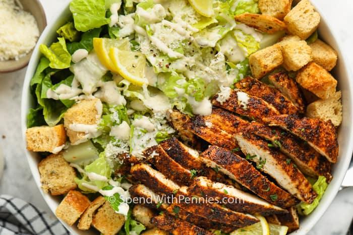 felülnézet csirke cézár saláta