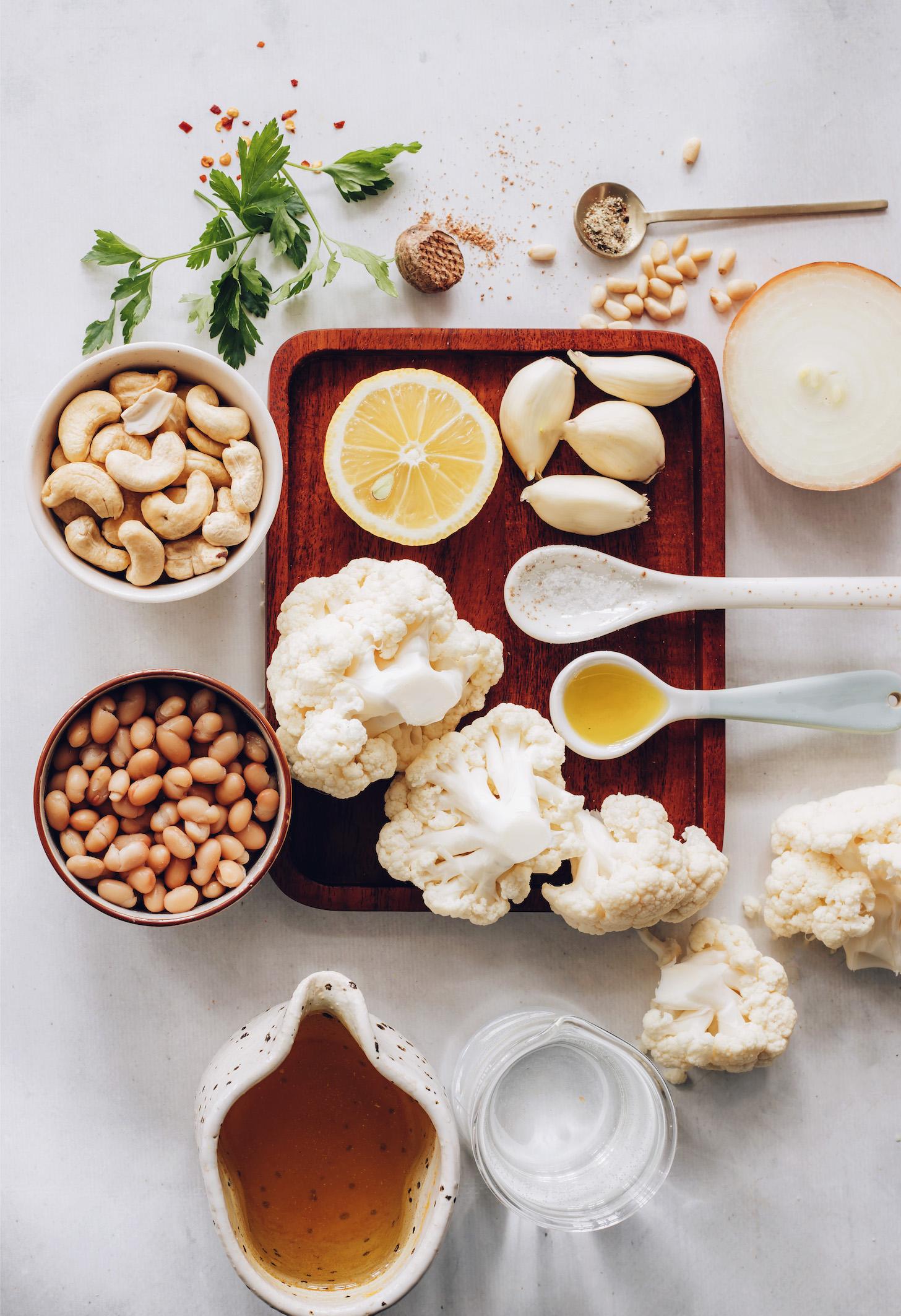 Hagyma, fokhagyma, karfiol avokádóolaj, só, bors, víz, fehérbab, szerecsendió, kesudió, citromlé, petrezselyem, fenyőmag és borspehely