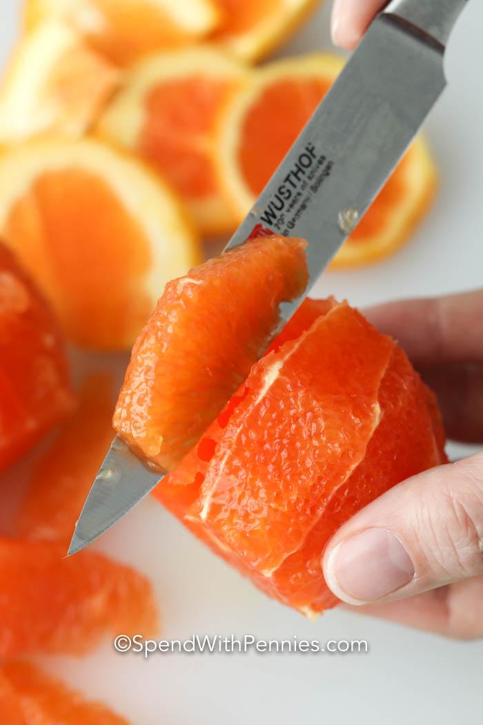 egy narancs szeletelése egy salátához