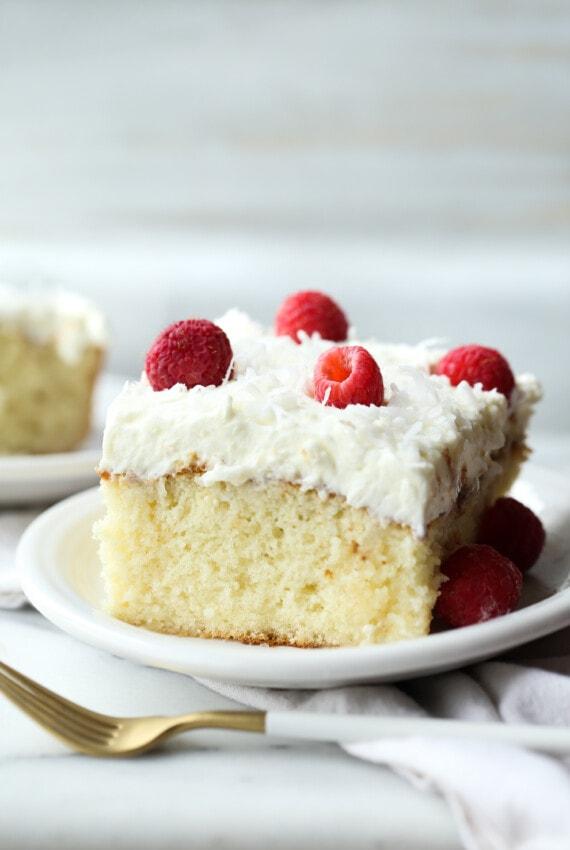 Kókuszpiszkos sütemény egy tányérra