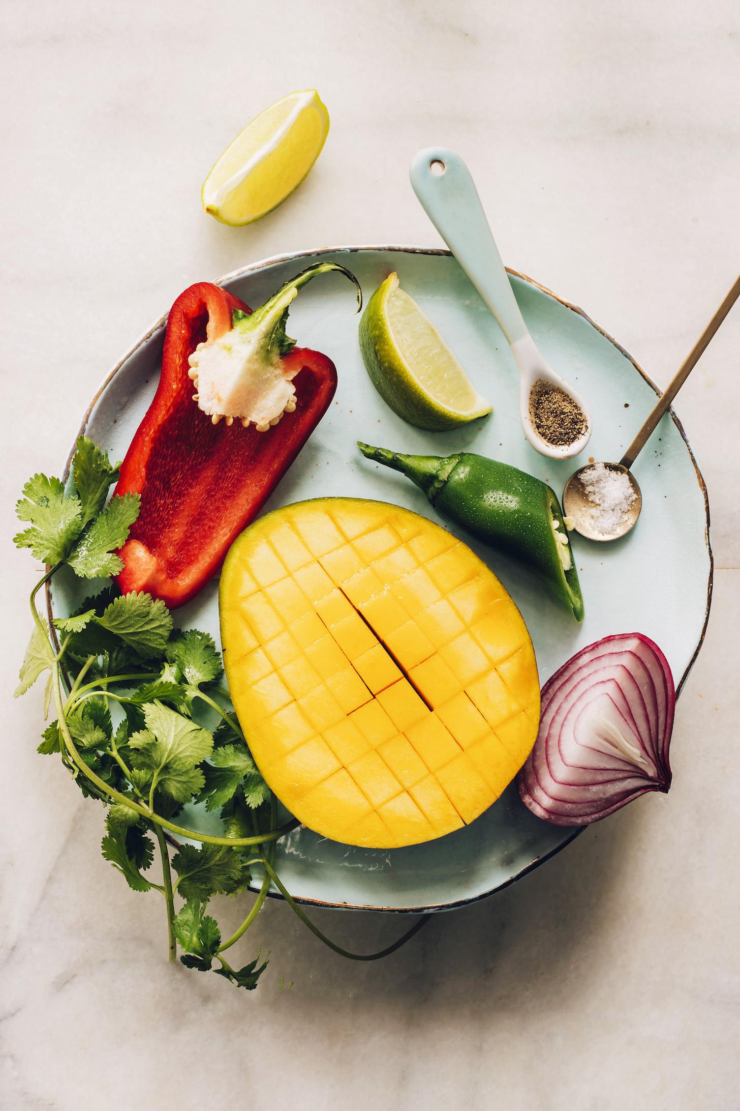 Szeletelt mangó, koriander, kaliforniai paprika, lime, jalapeño, só, bors és lilahagyma