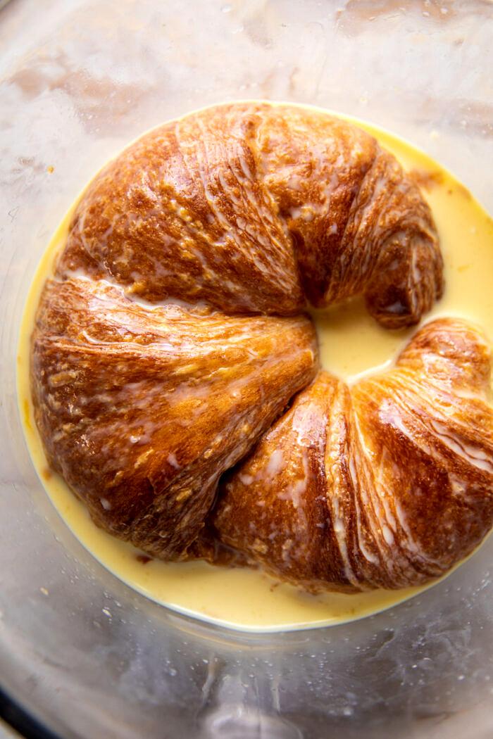 Sült eperrel és tejszínnel töltött kifli francia pirítós |  halfbakedharvest.com