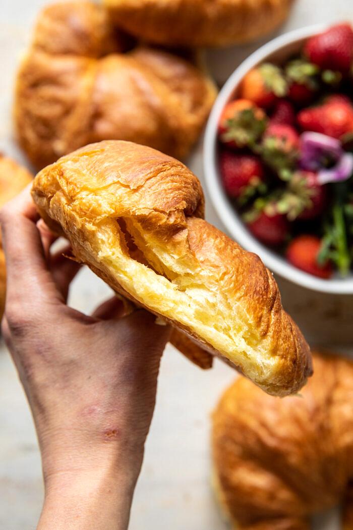 Sült eper és tejszín töltött kifli francia pirítós |  halfbakedharvest.com