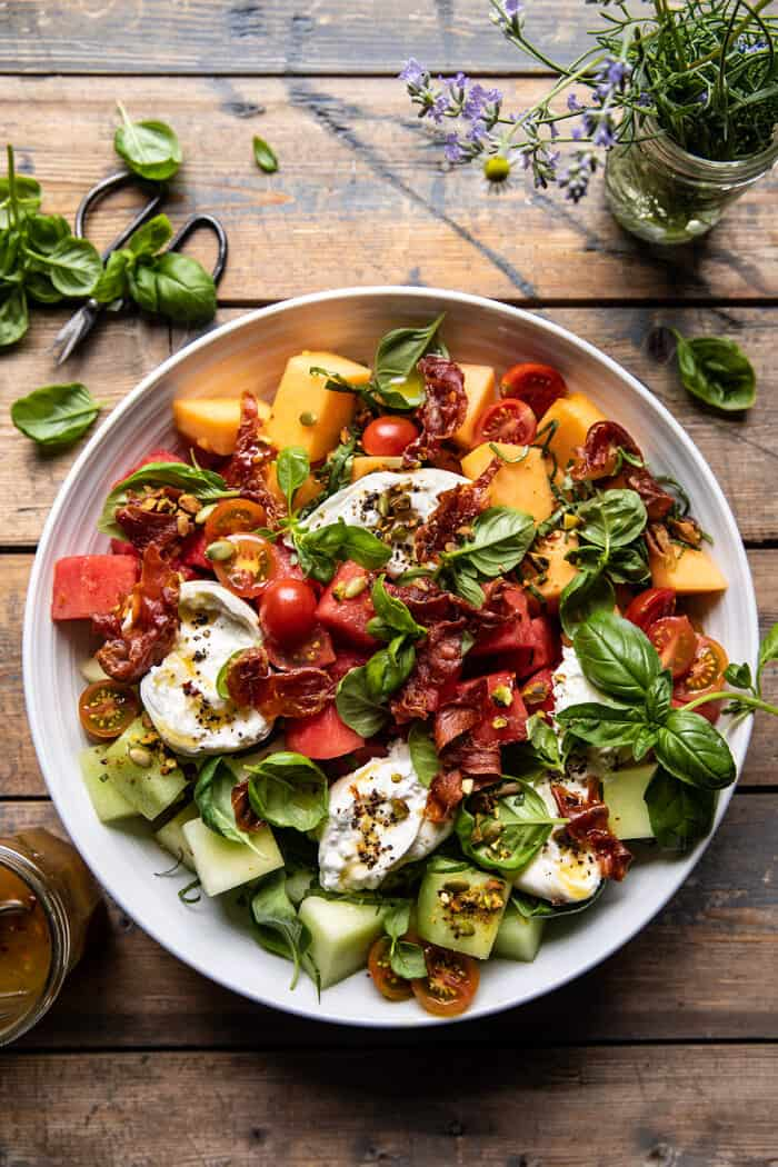 Dinnye bazsalikom Burrata saláta ropogós prosciuttóval  halfbakedharvest.com