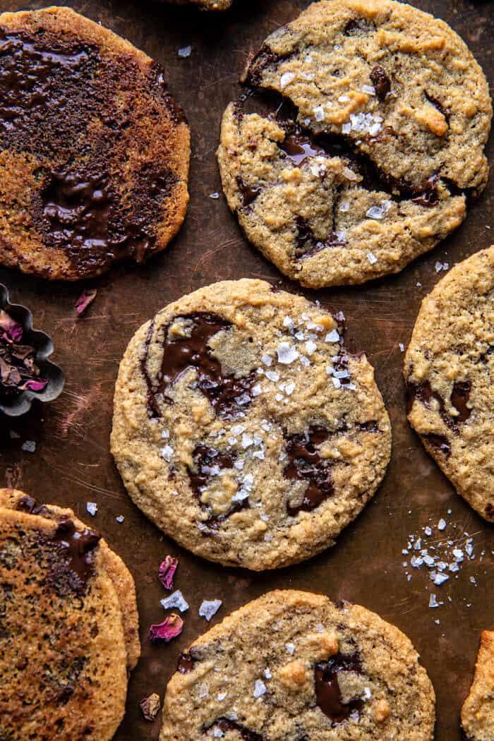 Sós Tahini vaj csokoládé chips sütik |  halfbakedharvest.com