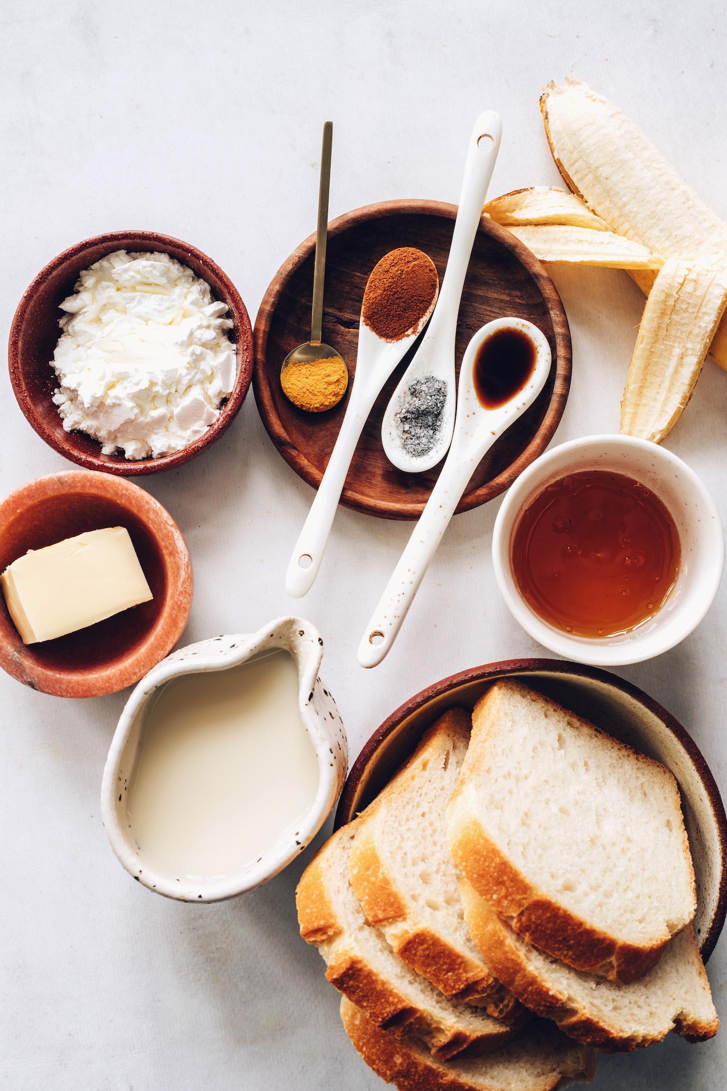 Kukoricakeményítő, vegán vaj, mandulatej, kovászos kenyér, juharszirup, banán, kurkuma, fahéj, fekete só és vanília