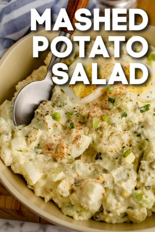 Burgonyapüré saláta egy tálba egy kanállal és szöveggel