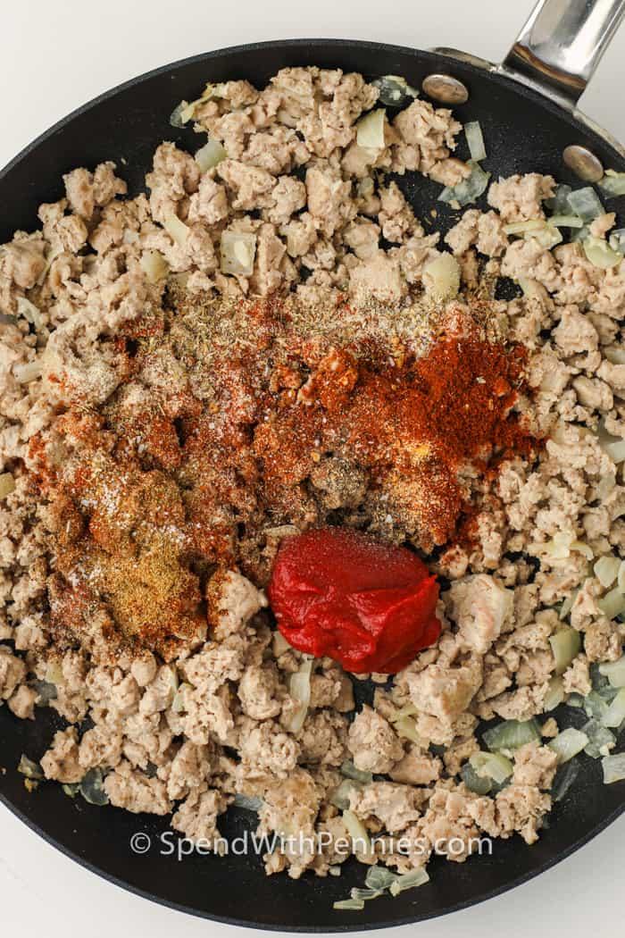fűszereket adva Törökországhoz az Easy Turkey Tacos elkészítéséhez